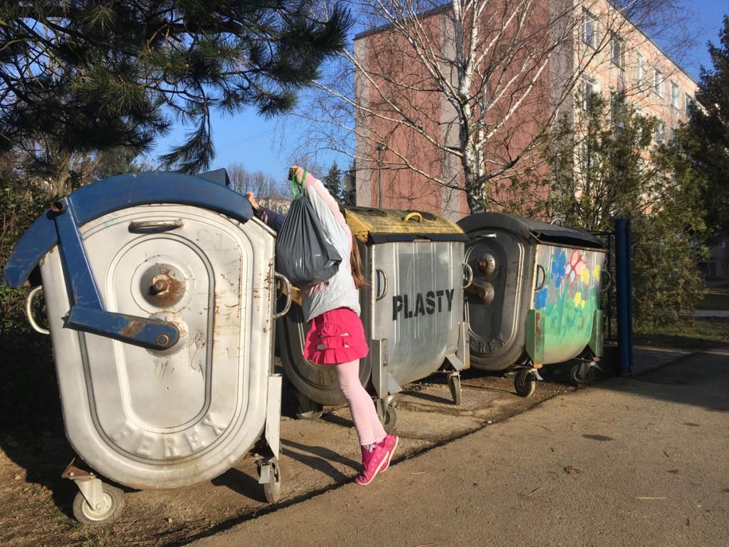 """1. na svete z kategórie najmladších (autorka - 11-ročná Miroslava Mrišová z Novej Dubnice, písala aj článok """"Otvorím - neotvorím"""" o problematike vysokých a pre deti ale aj pre starších občanov ťažko otvárateľných kontajnérov na odpad)"""